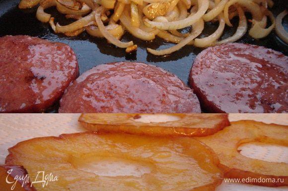 Колбасу разрезать на кружочки и обжарить на сухой сковороде. Лук нарезать полукольцами и обжарить на выделившемся из колбасы жире. Затем влить 2-3 ст.л. вина,накрыть сковороду крышкой и довести лук до готовности. Из яблока удалить сердцевину и разделить его на 8 частей.Быстро обжарить яблоко на растительном масле до золотистой корочки.