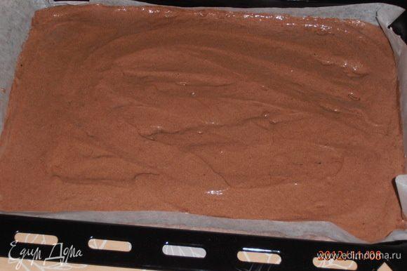 На застеленный бумагой противень выложить массу и разровнять. Отправить в духовку, разогретую до 200°C на 15-20 мин.