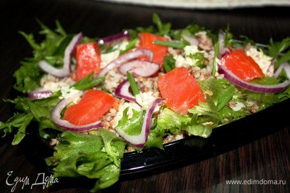 Выкладываем гречку и добавляем наш салатик,сверху добавляем запраку,порезанный зеленый лучок и перемешиваем. Наслаждайтесь!!!
