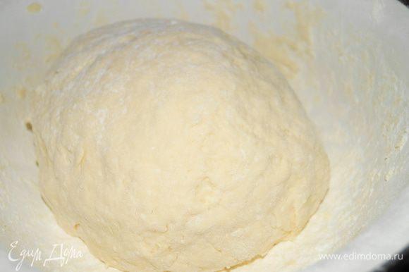 Добавить размягченное сливочное масло и перемешать. Всыпать муку смешанную с разрыхлителем и замесить крутое эластичное тесто.