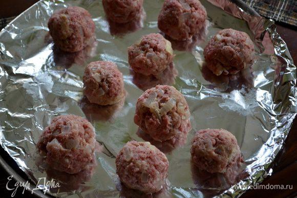 Сформировать шарики небольшие и выкладывать их на противень. Поставить в духовку на 7 мин. перевернув раз.