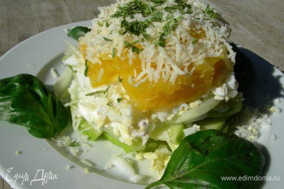 Можно выкладывать салат слоями: яблоко, лук, яйца, апельсины. Каждый слой промазываем заправкой. Сверху посыпаем сыром и украшаем зеленью по вкусу. Такой салат удобно собирать в железном кольце, удалив его в конце. А можно просто все перемешать. Приятного аппетита)
