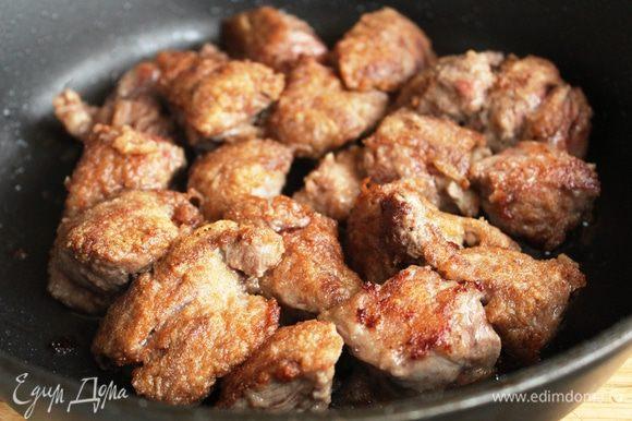 Говядину помыть, просушить и нарезать крупными кусками. Обвалять в муке и быстро обжарить на оливковом масле. Это необходимо для того, чтобы соус получился густым, а мясо сочным...