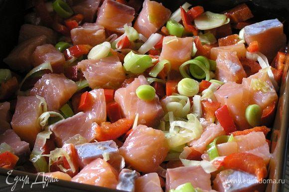 смешать с обжаренными овощами и выложить в смазанную маслом форму для запекания (у меня 26х20 см).