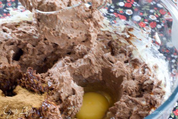 Добавьте кофе (если гранулы крупные, измельчите их в порошок), яйца и снова на низких оборотах перемешайте сырную массу. Всыпьте муку и перемешайте последний раз. Попробуйте начинку - она не слишком сладкая, поэтому на этом этапе вы можете подогнать ее под свой вкус и добавить сахара