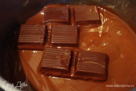 На низком огне или водяной бане топим шоколад с маслом. Даем остыть до комнатной температуры.