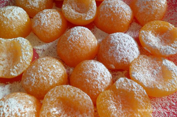 Половинки абрикосов отцеживаем от жидкости, обсыпаем крахмалом.