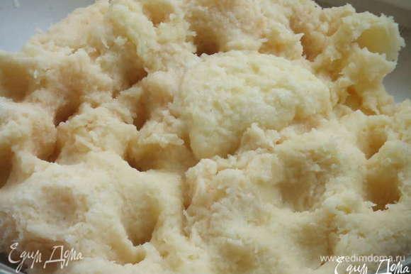 В картофель добавить яйца, муку,сметану ,натёртый на мелкой тёрке чеснок,посолить и поперчить.Всё тщательно перемешать.