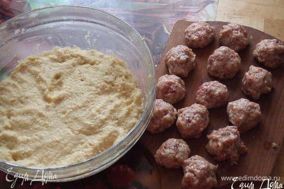 Руки желательно смочить водой,и на ладонь нужно положить картофельный фарш и делаем небольшую лепёшечку, сверху мясной шарик.