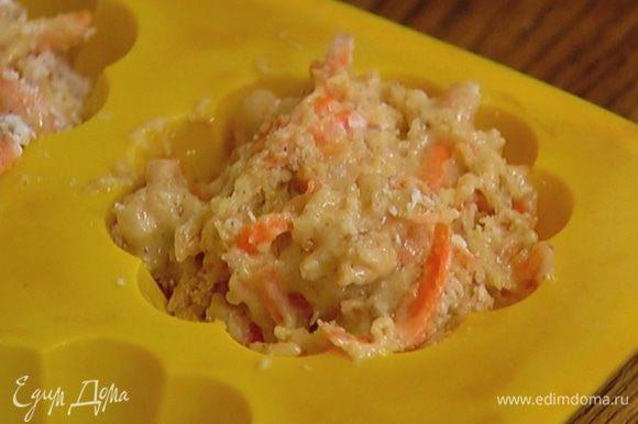 Разложить тесто в силиконовые формы для маффинов и отправить в разогретую духовку на 25–30 минут.