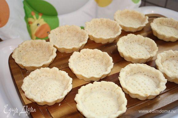 Остужаем корзиночки, начиняем кремом, украшаем яблоками и посыпаем сахарной пудрой. Приятного!!!!