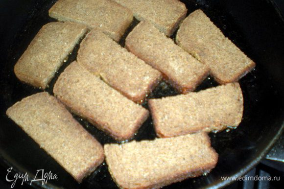 Хлеб режем на половинки. Выкладываем на разогретую с маслом сковороду.