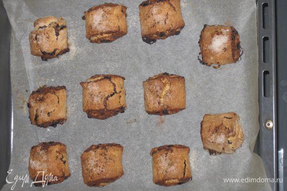Ставим в разогретую до 190'C духовку на 25 минут. Те же действия проделываем со второй частью теста. Выпеченным булочкам даем остыть и кушаем их с удовольствием! Приятного аппетита!