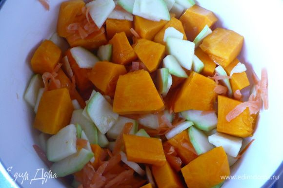 В сотейнике распустить сливочное масло и оливковое. Очищенные и порезанные небольшими кубиками тыкву и цукини положить в сотейник и обжаривать минут 5, помешивая. Туда же сразу бросить тертую морковь. Дольку чеснока раздавить ножом и добавить к овощам. Обжариваем до вкусного аромата чесночка..но не зажариваем его сильно. Как только слегка чеснок зазолотится добавить горящей воды, так чтобы только овощи покрыло, больше не надо. Доводим овощи до мягкости под крышкой на среднем огне.