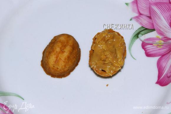 Когда половинки остынут, одну намазываем щедро начинкой, соединяем со второй половинкой. Формируем оставшиеся «орешки».