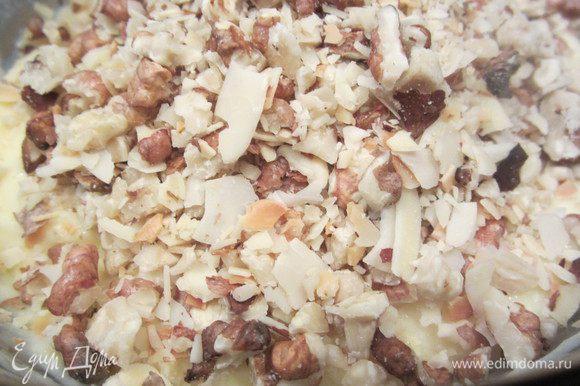 На следующий день добавить в крем орешки, размешать и поставить в холодильник.