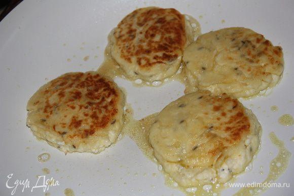 Разогреваем на сковороде оливковое масло и обжариваем сырники с двух сторон до золотистого цвета. Приятного!!!!