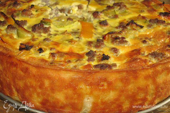 Готовому пирогу дать немного остыть и лишь затем убрать бортик формы.