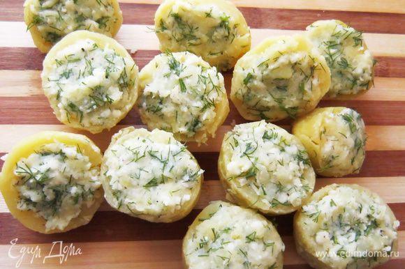 Подготовленной смесью наполнить половинки картофеля.