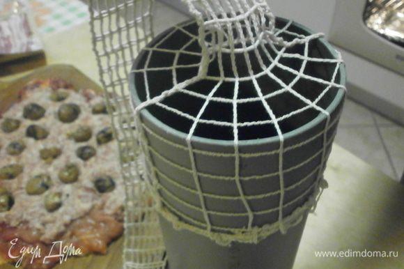Если у Вас есть возможность купить сетку для колбас , тогда приобретите и кусоу пластиковой трубы, диам. 10 - 12 см. Это облегчит Вам процесс запихивания рулета в сетку. Если нет возможности купить сетку, воспользуйтесь кухонным шпагатом. Итак, натягиваем сетку на трубу .При необходимости внутренние стенки трубы смазать растительным маслом.