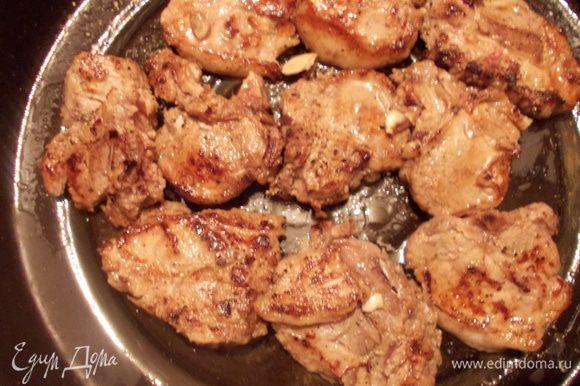 Обжарить мясо на большом огне с двух сторон и выложить его на противень.