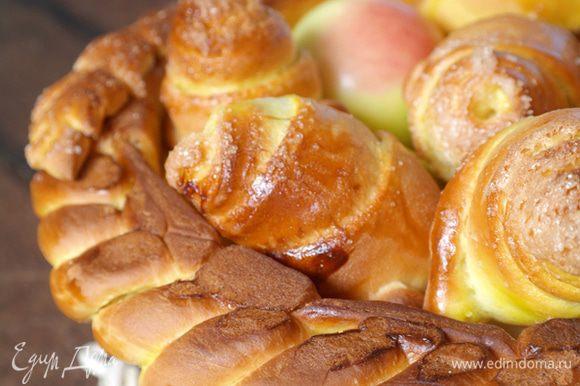 В корзинку уложить яблоки, булочки-розочки, конфеты. Тут уже что вам ваша фантазия подскажет.