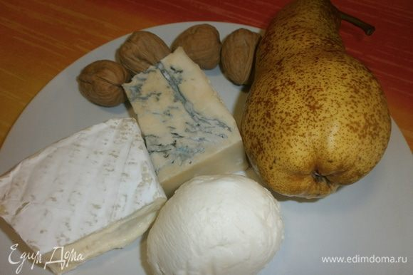 Набор продуктов для начинки. Груши почистить и нарезать мелкими дольками. Сыр нарезать кубиками и смешать с нарезанными грушами. Смешать с грецкими орехами, нарезанными кусочками.