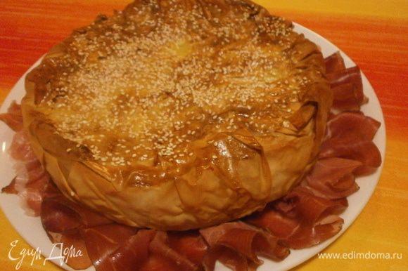 Готовый пирог выложить на блюдо и выложить вокруг нарезку из колбас или сыровяленой ветчины.
