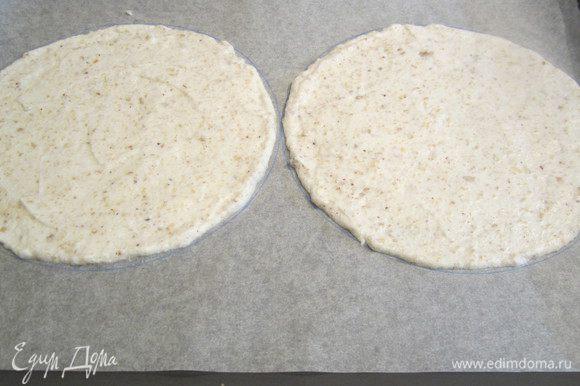 Рисуем круги на пергаменте, на середину ложем белковое тесто, пару ложек, смотрим и добавляем по необходимости, но стараемся. чтобы коржи были не толстыми, чем тоньше. тем лучше.см. на фото. В разогретую духовку на 160 градусов отправляем наши коржи. Сделала, как и в прошлый раз на один противень по 2 круга диаметром 16 см. Держим в духовке 20 минут, до золотистого цвета.