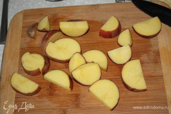 Картофель нарезать небольшими ломтиками.
