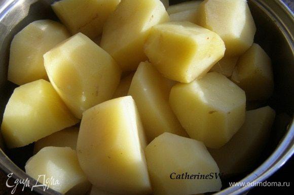 Картофель отварить до готовности, посолив в процессе варки. Воду слить. Пюрировать в горячем виде, смешать со сливочным маслом. Охладить до 40-50 градусов.