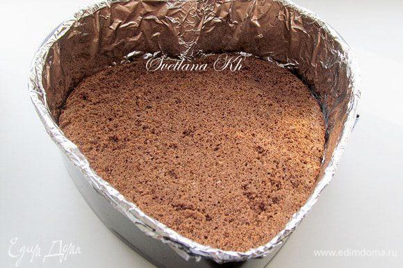 Бортики формы выстелить специальной пленкой для тортов или фольгой. Дно - пекарской бумагой. Выложить слой бисквита. Пропитать его пропиткой.