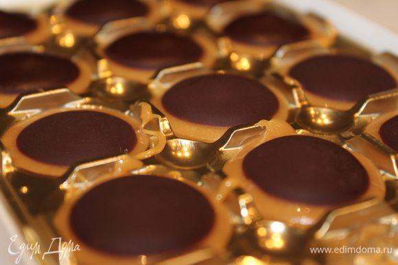 Поставить конфеты в морозильную камеру часа на 4-5. После этого они легко отделяются от стенок формы. Они довольно быстро становятся мягкими