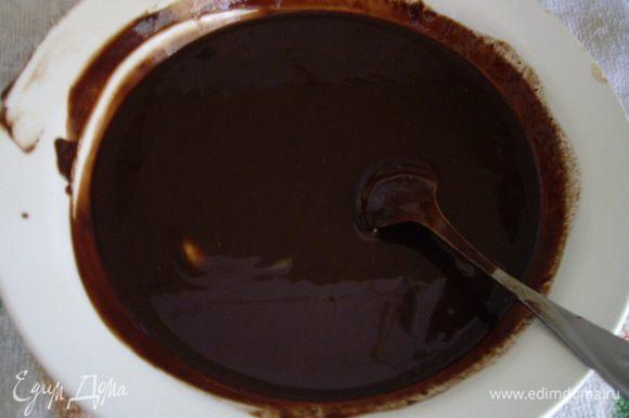 Растопила глазурь: Искупала суфле в шоколаде и в морозилку минут на 15. Вынула с помощью скребка отделила от стеклянной доски и переложила в холодильник.