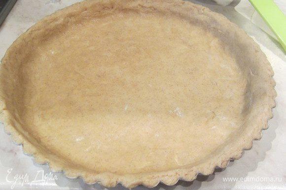 Выложить тесто в форму для выпечки, смазанную сливочным маслом и разровнять его по всей форме пальцами.