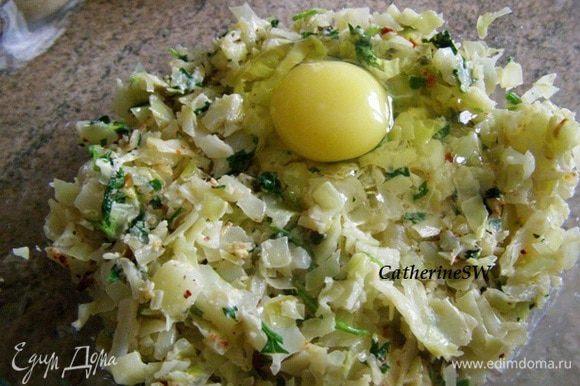 В остывшую капусту добавить яйца, перемешать.