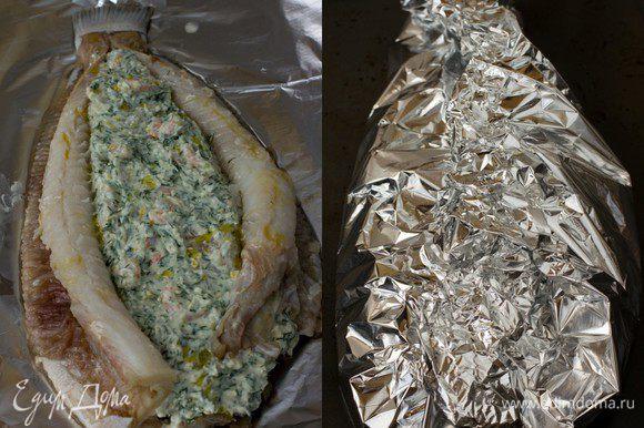 Нафаршируйте камбалу сырной смесью, сбрызните растительным (оливковым) маслом, заверните аккуратно в фольгу. Поставьте в духовку на 20 минут при Т=170 градусов.