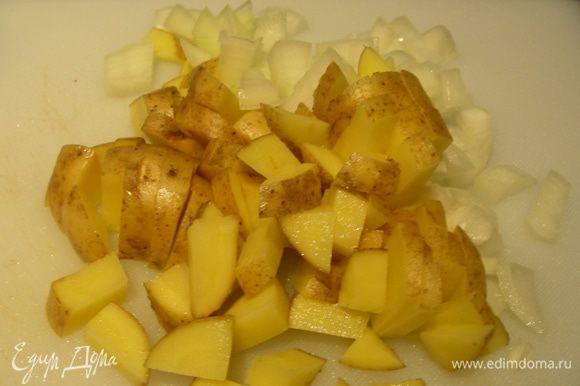 Лук мелко режем и обжариваем на смеси растительного и сливочного масел. Я картофель взяла сырой, мелко его порезала и обжарила вместе с луком.