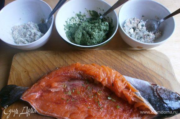 Первый фарш: шпинат протушить минут 6, посолить. Откинуть на сито, чтобы стекла лишняя жидкость. Охладить.Два вида рыбы для фарша порезать на кусочки - не смешивать,посолить, поперчить. Измельчить в блендере половину филе дорады с петрушкой, шпинатом, сливками ( 30 мл). Добавить соль, перец и немного лимонного сока. Второй фарш: измельчить в блендере кусочки филе оставшейся дорады с 70 мл. сливок. Добавить соль, перец и немного лимонного сока. Третий фарш: измельчить в блендере филе сёмги с оставшимися сливками, добавить соль. перец и лимонный сок.