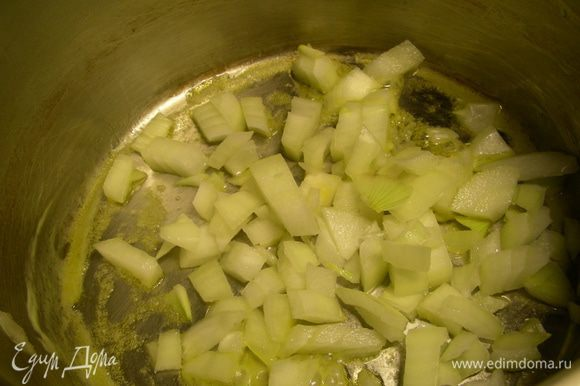 Одну луковицу мелко режем и обжариваем пару минут на сливочном масле.