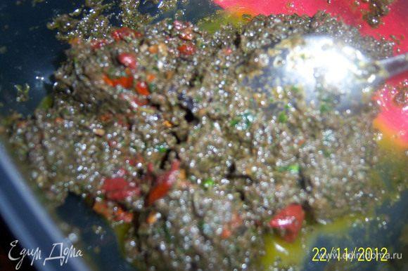в блендере порубить томаты, тапенад и зелень до неоднородной пасты