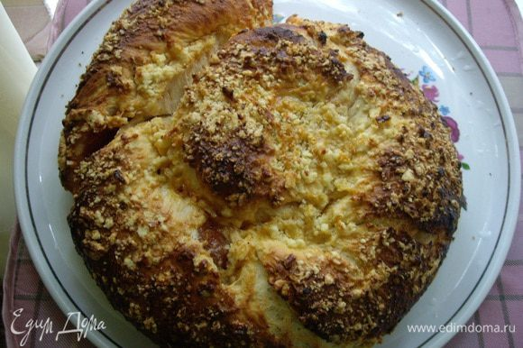 Смазать яйцом, или яйцо+молоко,смазывать в середине расстойки, чтобы не опала. Крошка (штрейзель) - масло+мука, порубить скребком или ножом.