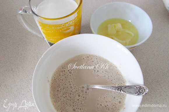 Дрожжи развести в теплом молоке с ложкой сахара и дать подняться. Молоко подогреть, масло растопить.