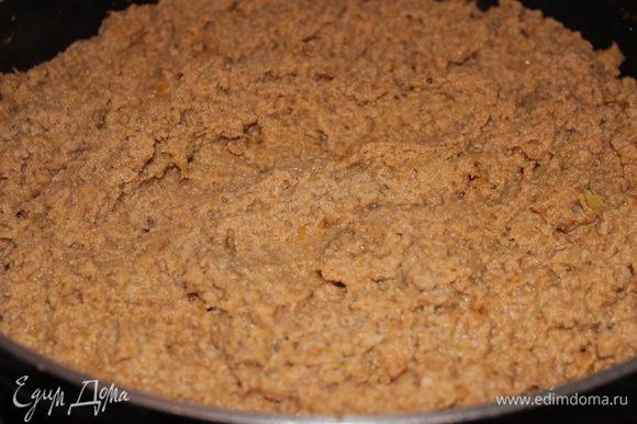 Лук очистить и нарезать...поджарить на смеси растительного и топленого сливочного масла с добавлением сахара, соли и перца. Мясо нарезать мелко и также обжарить вместе с луком на сильном огне. Минут через 5 залить соком апельсина, огонь убавить и тушить примерно 30 минут (под конец добавить томатную пасту, перемешать и довести до кипения). После этого тушеное мясо пропустить через мясорубку (или пюрировать блендером)
