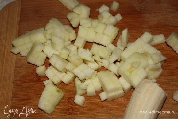 Яблоко очистить и нарезать маленькими кубиками.