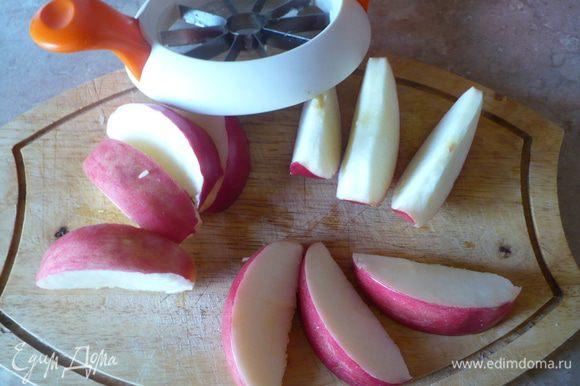 Яблоко порезать на дольки и почистить.