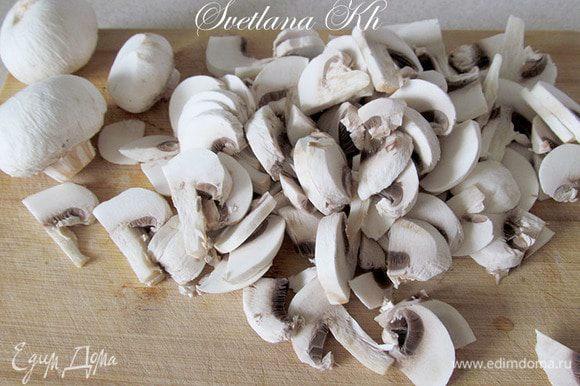 Грибы нарезать ломтиками. У меня шампиньоны, немного лесных. Соединить грибы с луком и чесноком. Посолить, приправить специями сразу же. Готовить до испарения всей жидкости.