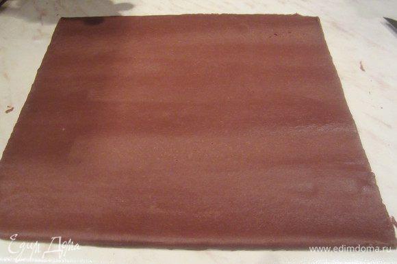 Посыпать мукой стол, на котором будете раскатывать тесто, Раскатать примерно 3-5 мм толщиной.