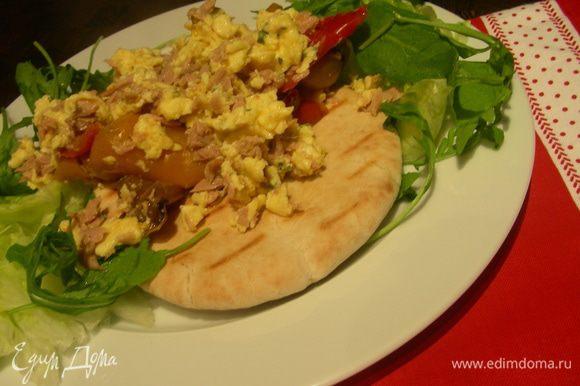 На тарелку выкладываем лепешку, на нее наш омлет и салатные листья или шпинат по краям. Приятного аппетита)))
