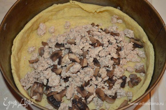 на пропеченое тесто выкладываем грибы с курицей